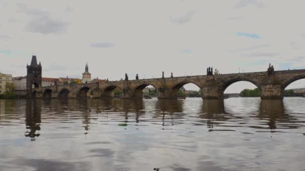 Karlův most v Praze a Vltava v pozadí je vidět ve staré architektuře