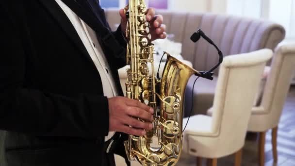 Szaxofonos fekete szmokingban játszik egy nyaraláson