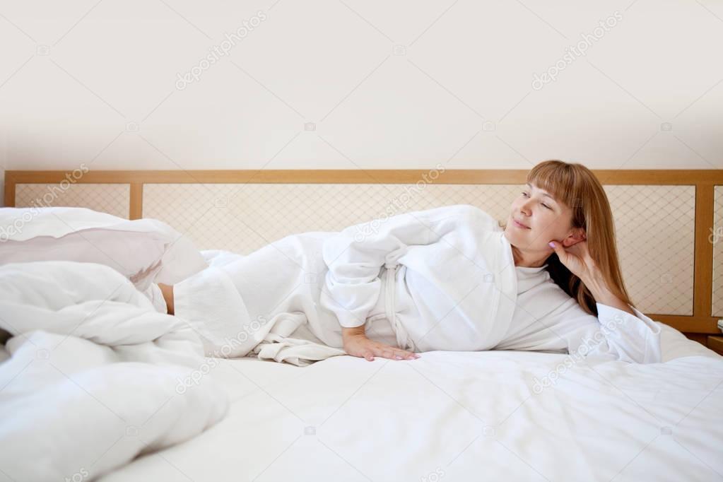 Mooi meisje liggen in de slaapkamer op de vroege ochtend