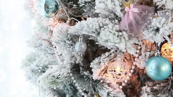 Vánoční strom s světlé sváteční dekorace