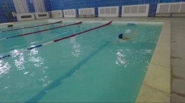 Mooi meisje duikt in het water in het zwembad stockvideo dina777 135009718 - Water kamer model ...