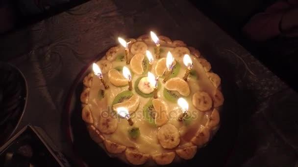 hořící svíčky na narozeninový dort