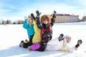 Děti bavit chodit na příroda v zimě