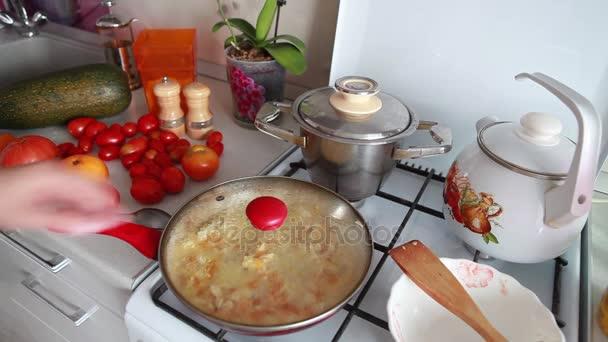 Vorbereitung und Feuer duftenden Speisen in einer Pfanne auf dem Herd