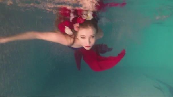 Krásná mladá žena, plavání pod vodou