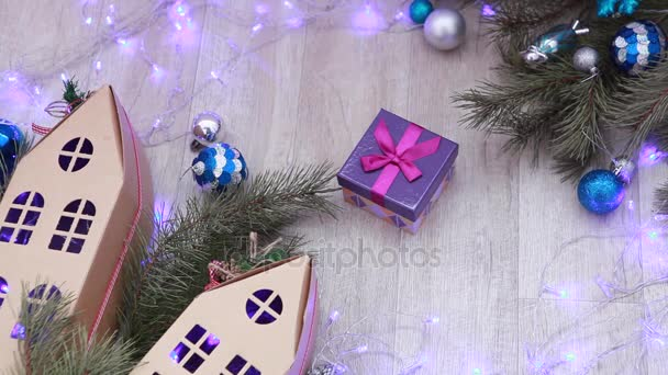 Blue box s dárkem mezi vánoční dekorace