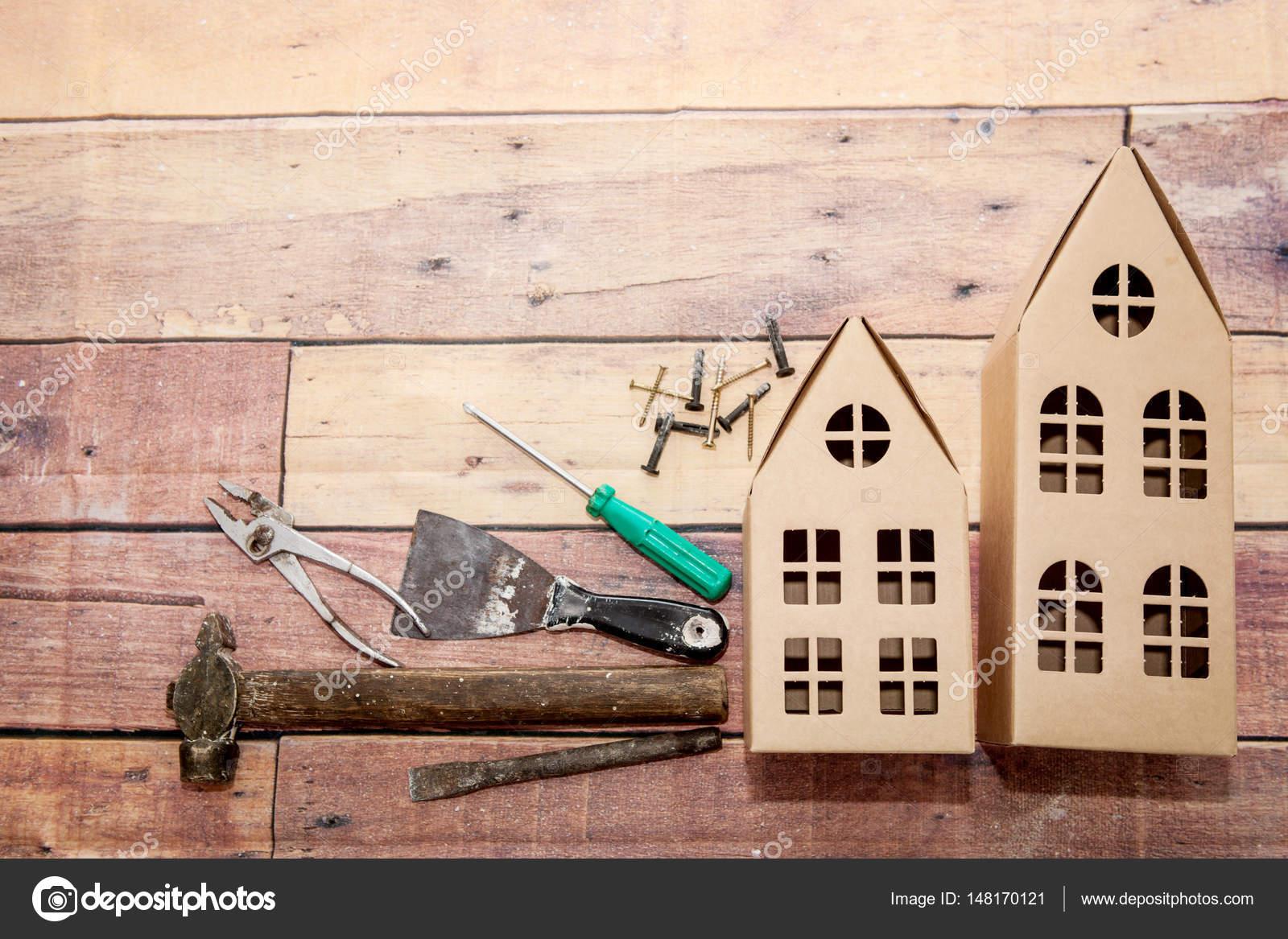 Strumenti per la riparazione e la costruzione su un fondo di legno e