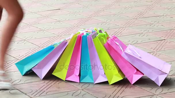 Karcsú női sarkú cipő és sok világos színű táskák