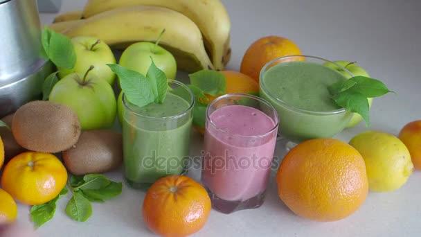 Ovoce a mléko koktejl na stole mezi ovoce. Smoothie