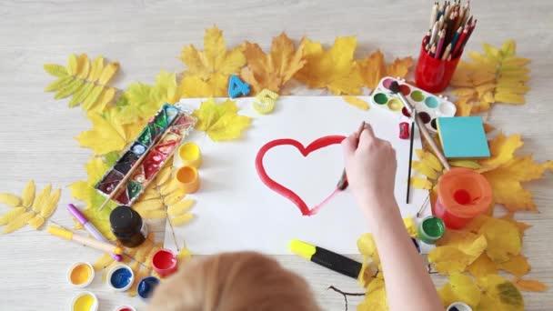 Kreslení červené srdce s kartáčem na kousek papíru. Zrychlené video