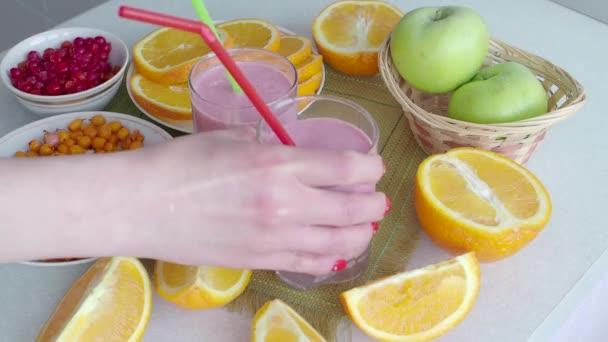 Ovocné přírodní vitamín koktejl s jahody. Detox. Strava