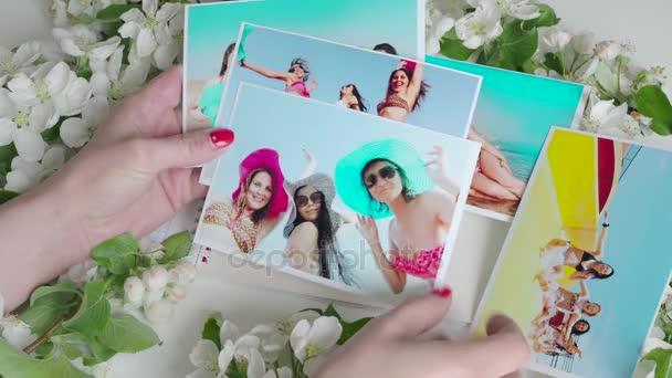 Album di foto con belle ragazze in costume da bagno. Mare, spiaggia ...