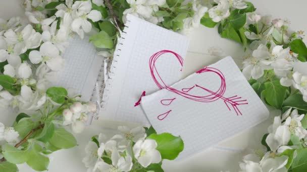Symbol červené srdce na roztržené list papíru. 4k