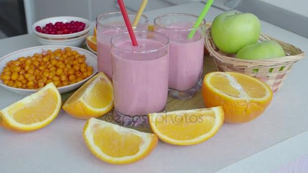 Ovocný koktejl, ovoce a bobule. Smoothie