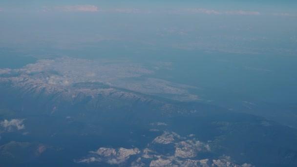 Letecký pohled z okna letadla. 4k