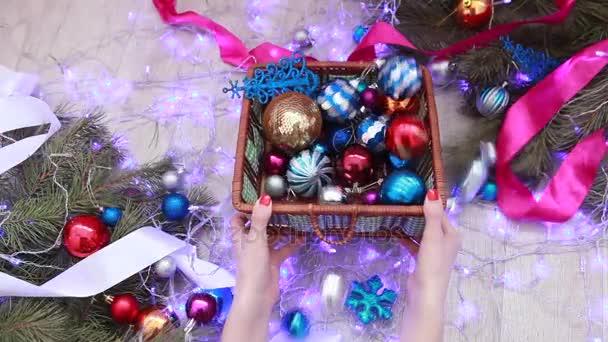 Světlé barevné vánoční koule. Nový rok a Vánoce