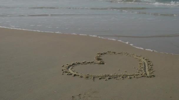 Festett szív a strandon. 4k