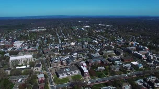 pohled zezadu na budovy v Princetonu New Jersey