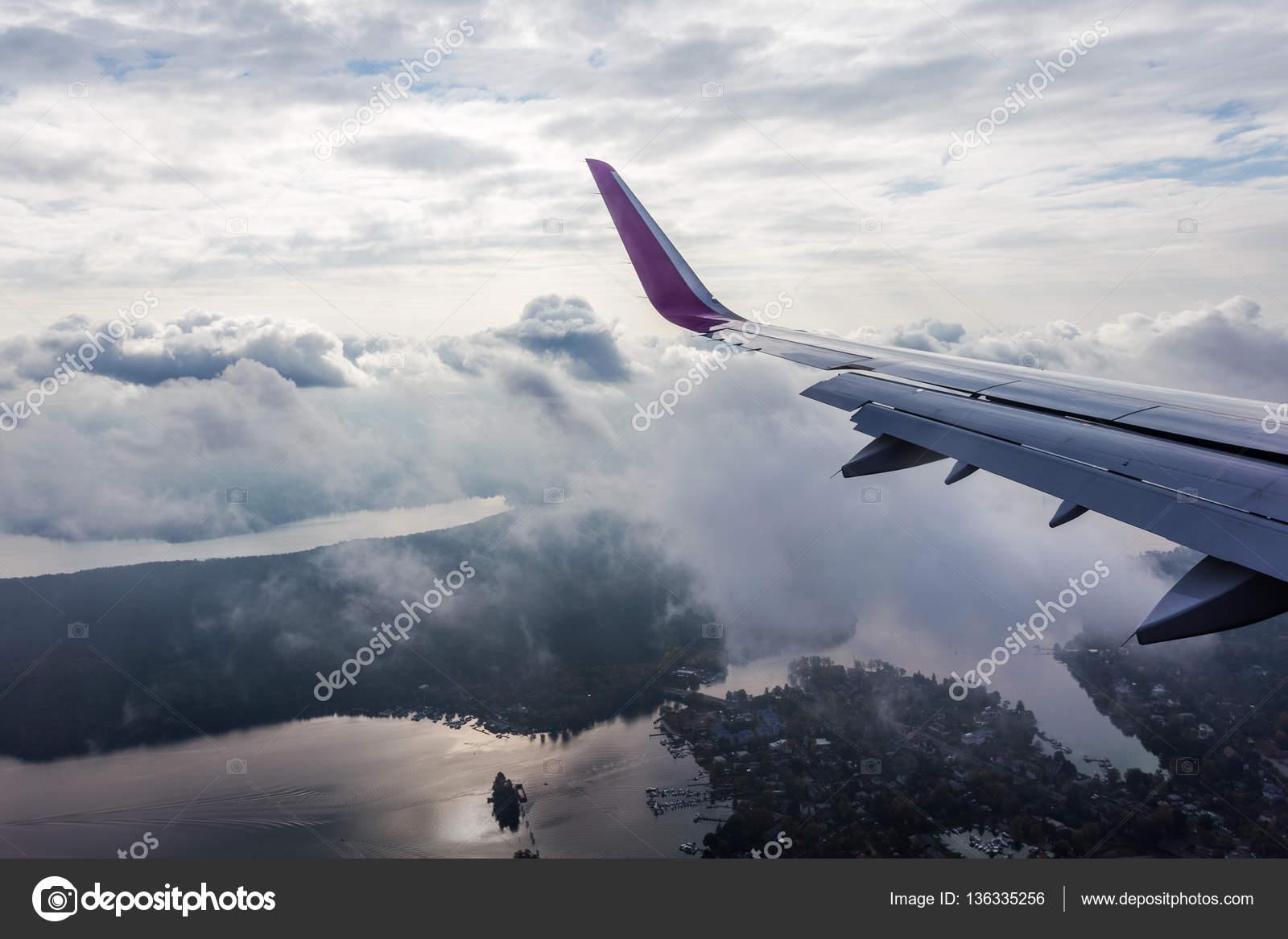 Blick Aus Dem Flugzeug Flugzeug Landung Stockfoto Msanca 136335256