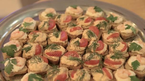 Windbeutel auf einem Buffet-Tisch Bankett Teller, buffet-Tisch im Restaurant, Snacks, Nahaufnahme