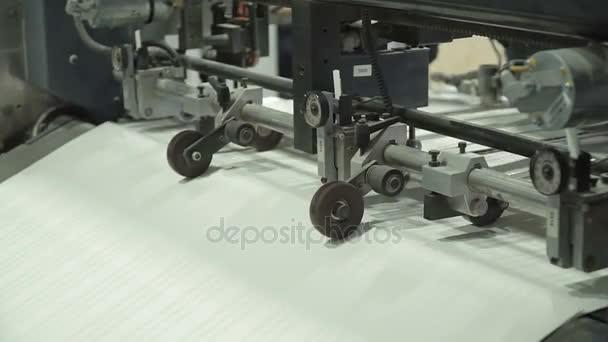 Alimentatore fogli vuoto rifornimenti singoli fogli di carta in macchina da stampa dal mucchio di carta. Relative alle macchine, tecnologia di stampa. Primo piano estremo
