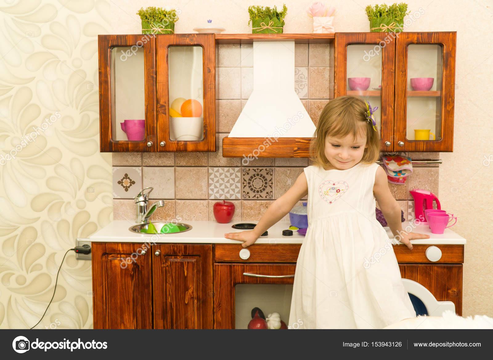Aktive kleine Vorschule Alter Kind, niedlichen Kleinkind Mädchen mit ...