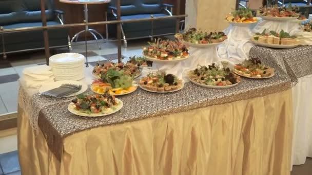 Restaurace tabulka s jídlem. Evropská jídla - maso a saláty.