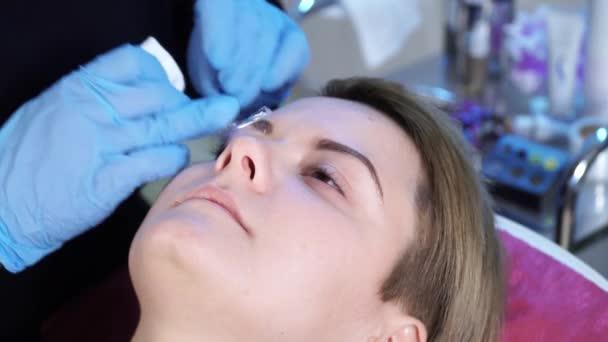 Kosmetikerin Spezialist Für Permanent Make Up Ist Tücher Aus Den