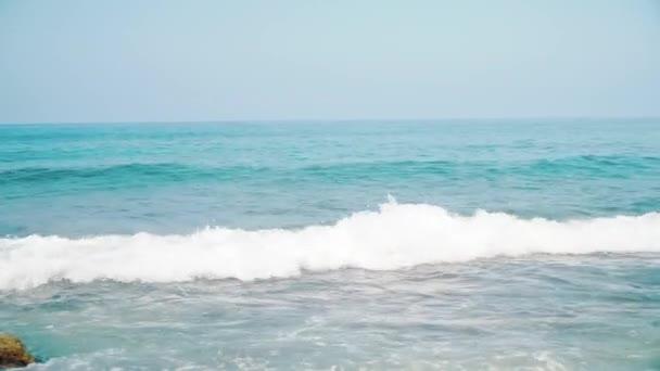 Šumivé sladké vlnité vody svítí na slunečný letní den u moře