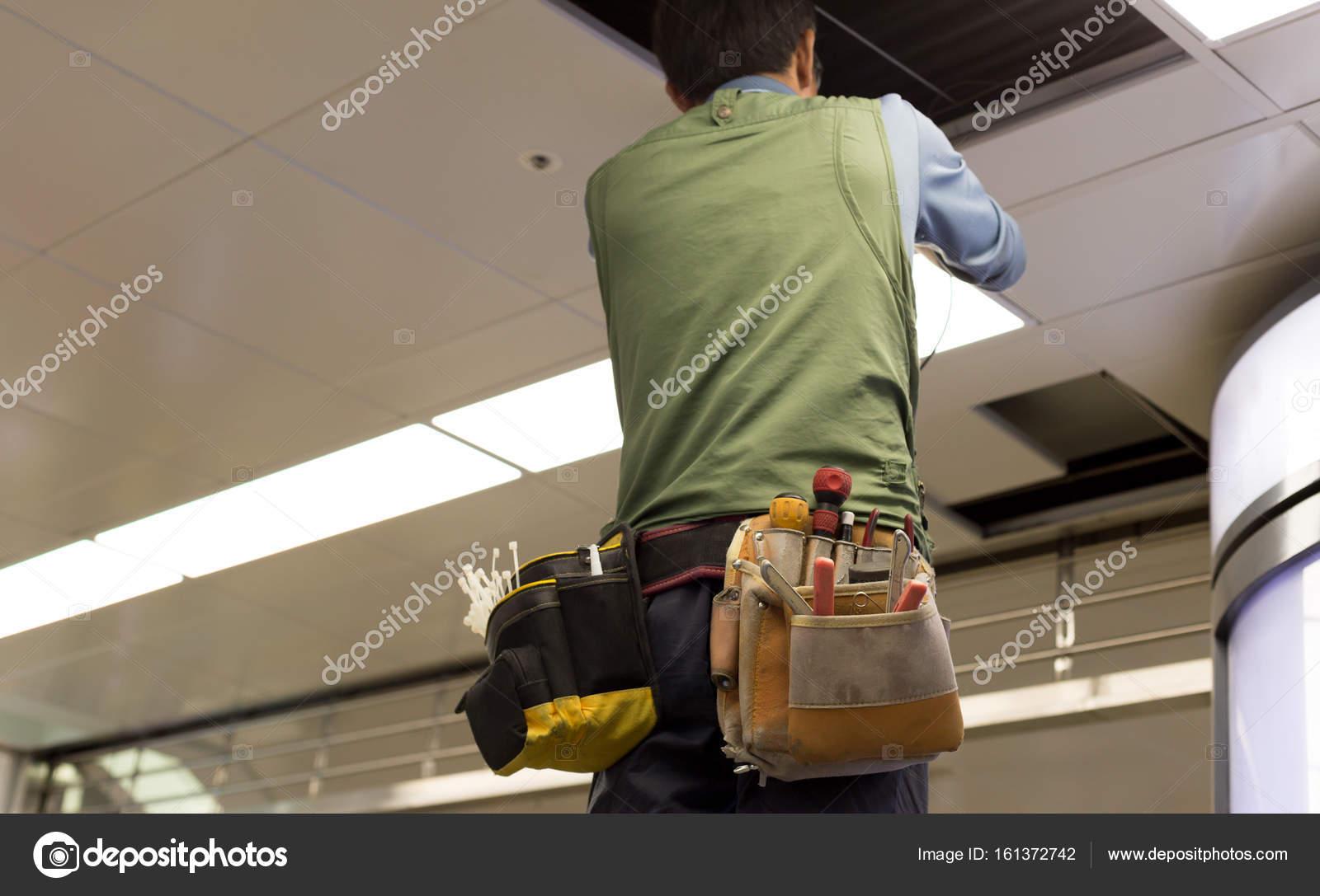 Asiatische Elektriker Verkabelung eine Deckenleuchte in u ...