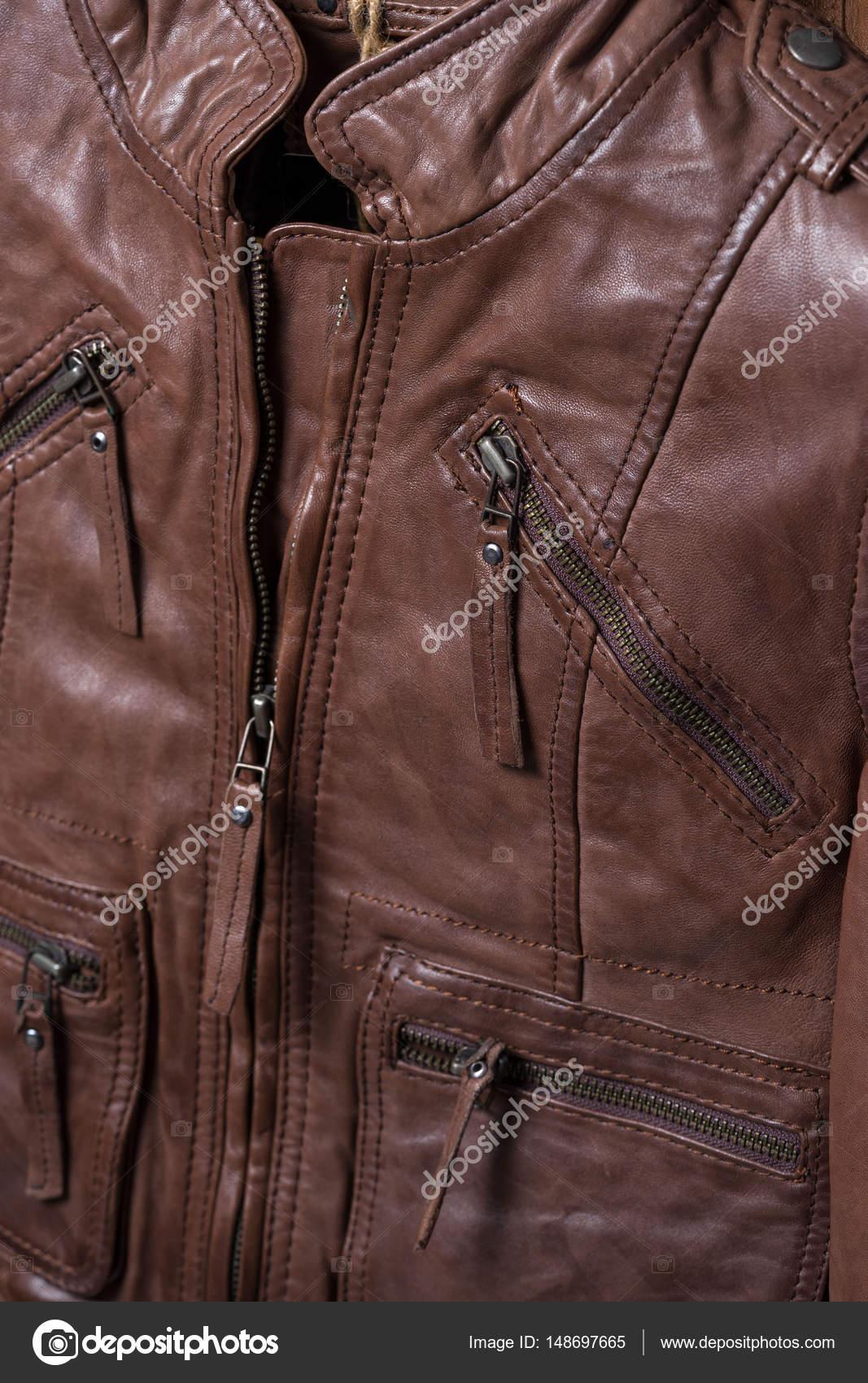 9676144da8e2 Μπουφάν καφέ δέρμα σαγρέ υφής. Δερμάτινο σακάκι μακροεντολή λεπτομέρειες.  Σακάκι φερμουάρ και τσέπες —
