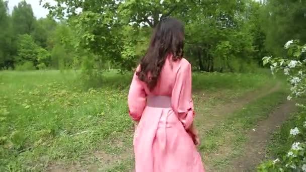Krásná dívka s tmavými dlouhými vlasy