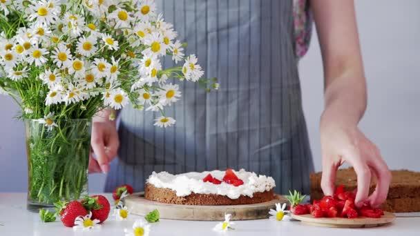 Keks mit Sahne und Erdbeeren dekorieren, vielschichtige Geburtstagstorte herstellen.