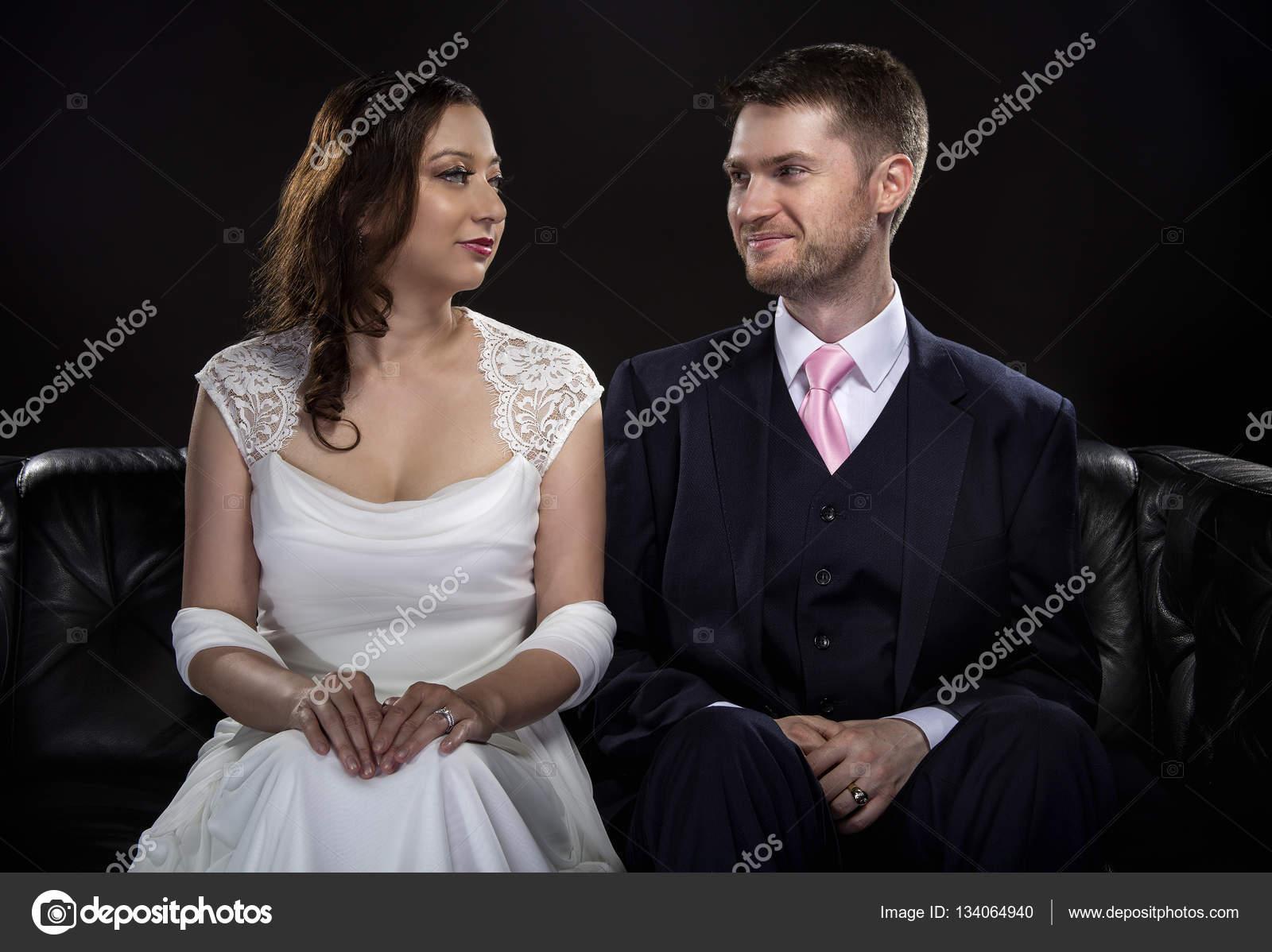 Brautpaar, Modellierung, stilvolle Hochzeitsanzug und Brautkleid ...