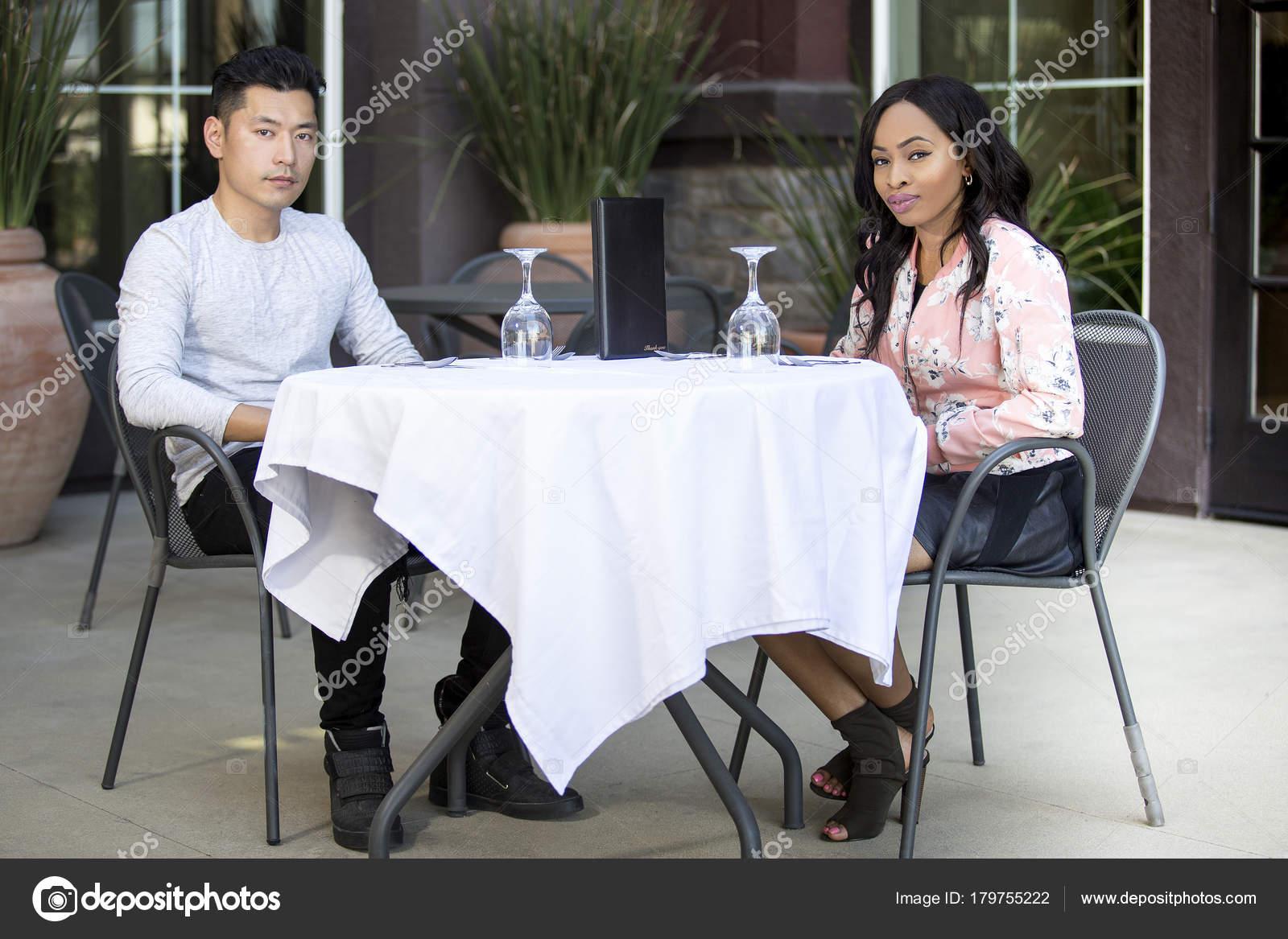 Asiatische schwarze Frau datiert