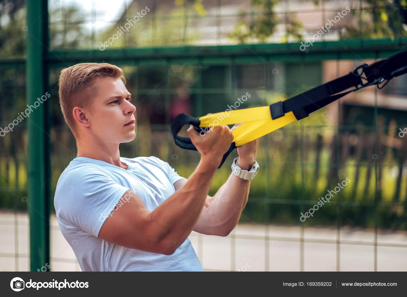 Der Athlet Riemen die Muskeln der Arme des Bizeps. Athlet, engagiert ...