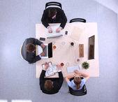 Geschäftsleute sitzen und diskutieren bei Geschäftstreffen