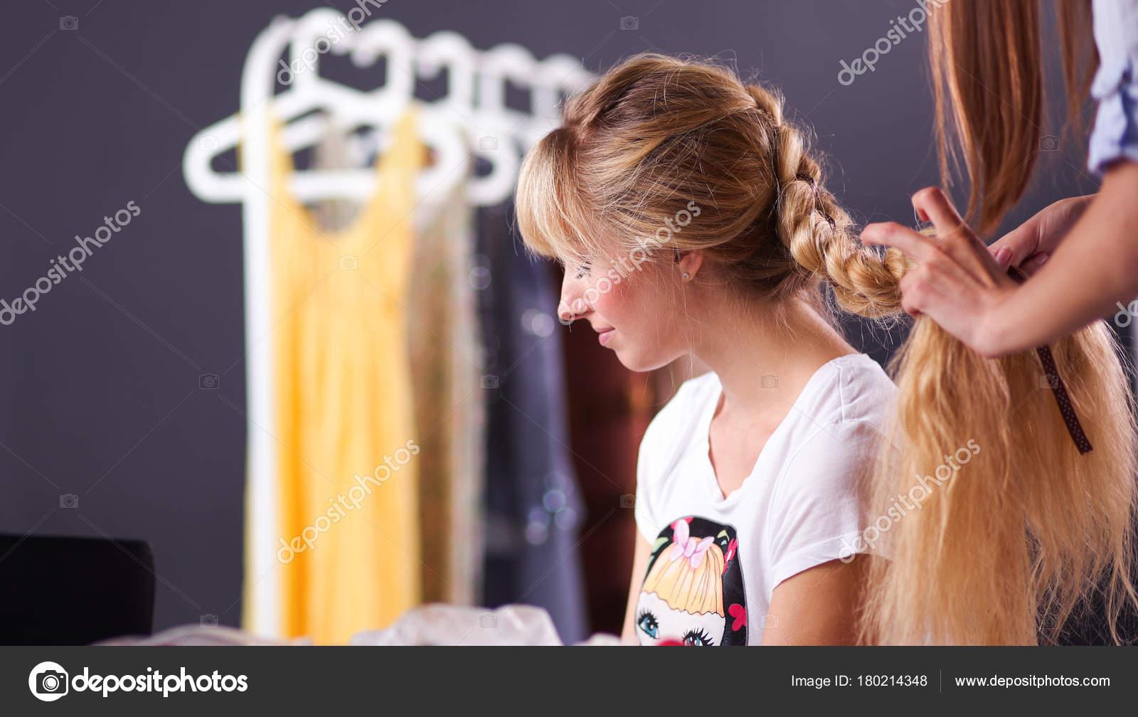 Junge Frau Friseur Tun Madchen Frisur Im Salon Stockfoto