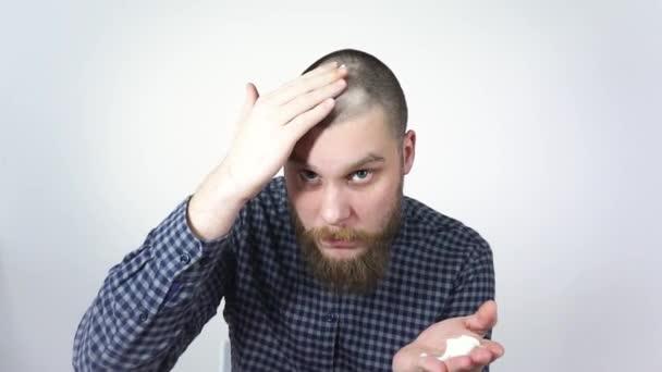 Plešatý muž pomocí restorer.Cream z rané plešatosti hlavy