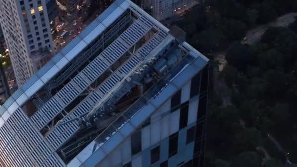 Zavřít okruh nového Manhattanského mrakodrapu při západu slunce se semafory