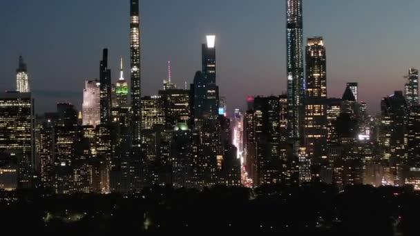 AERIAL: Time Lapse Hyper Lapse felett New York City Central Park éjjel Skyline View