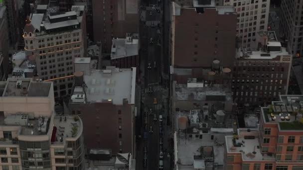 Let do centra Manhattanu v New Yorku v Soumraku