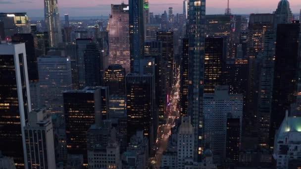 Manhattan Skyline v noci s blikajícími světly v New Yorku nad Central Parkem