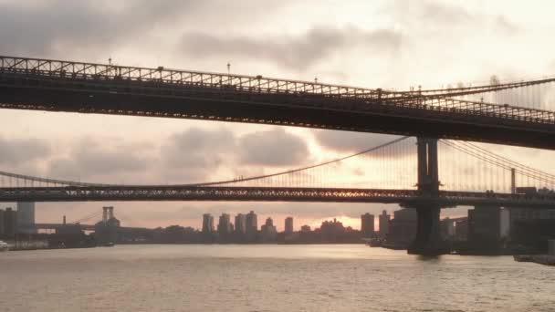Let pod Brooklynským mostem při východu slunce v New Yorku