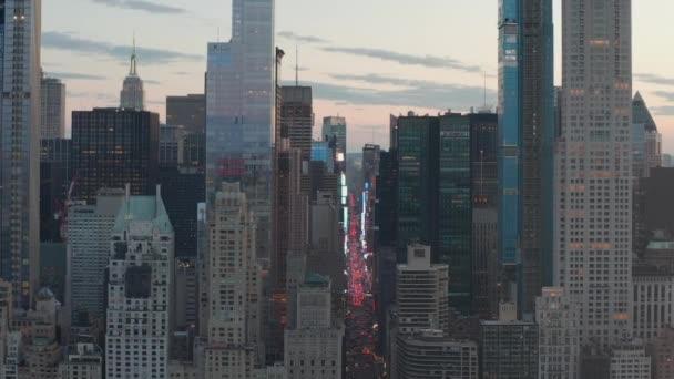 AERIAL: Kilátás a 7. sugárúti forgalomra és a Times Square-re a New York City Central Park felett a Sunset-nél városi fényekkel