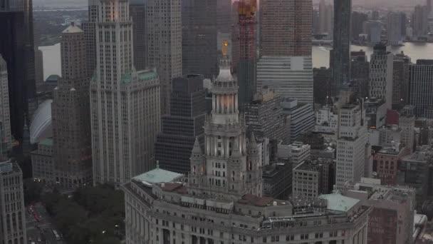 New York City mrakodrapy zblízka se zlatou sochou