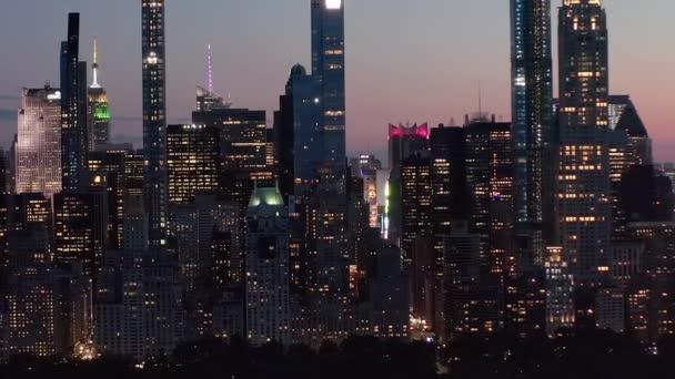 Manhattan Skyline v noci s blikajícími světly v New Yorku v Central Parku