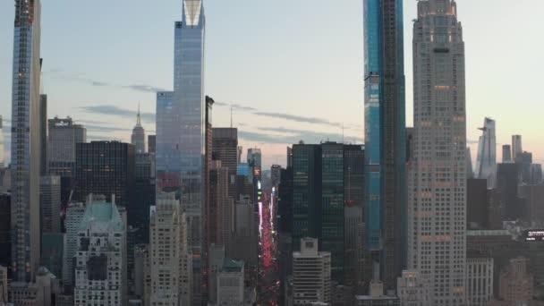AERIAL: Pohled na 7th Avenue Traffic a Times Square na New York City Central Park při západu slunce se světly City