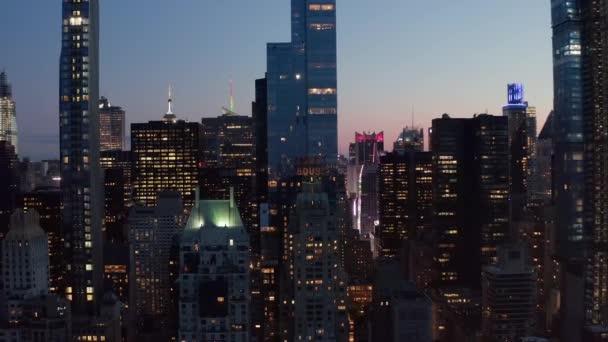 AERIAL: Manhattan Skyline éjszaka villogó City fények New York City a Central Park