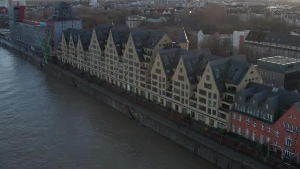 AERIAL: Evropské domy na řece Kolíně nad Rýnem Německo s krásným slunečním světlem